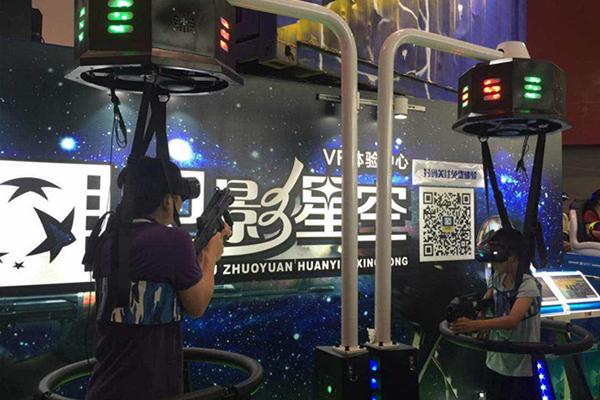 2016年7月15日至17日,天翼智能终端交易博览会在广州琶洲广交会展馆举办。本次博览会由中国电信集团和美国高通公司主办,主题是互联网+共享智能未来。  观众体验动感游戏  无人机  VR体验大排长龙 本次博览会分为五大展区,分别是互联网+终端、互联网+行业、互联网+智慧家庭、互联网+创新创业和互联网+互动乐园。博览会吸引了大批市民前来参观,其中最受热捧的是互动体验区。在这里观众能通过VR技术体验极限单车、梦幻滑雪等动感游戏,还能观看无人机。这些智能互动游戏逼真、有