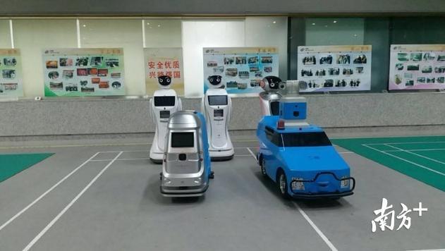 """春运:身兼多职的机器人""""阿深"""" 萌翻了!"""