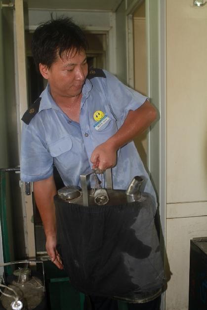 东莞东客运段茶水员:每趟车,他要将近一吨的开