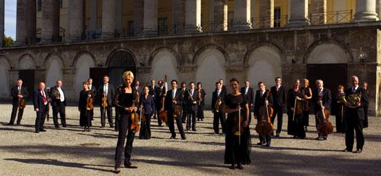 乐团在演奏海顿交响乐和歌剧中建立