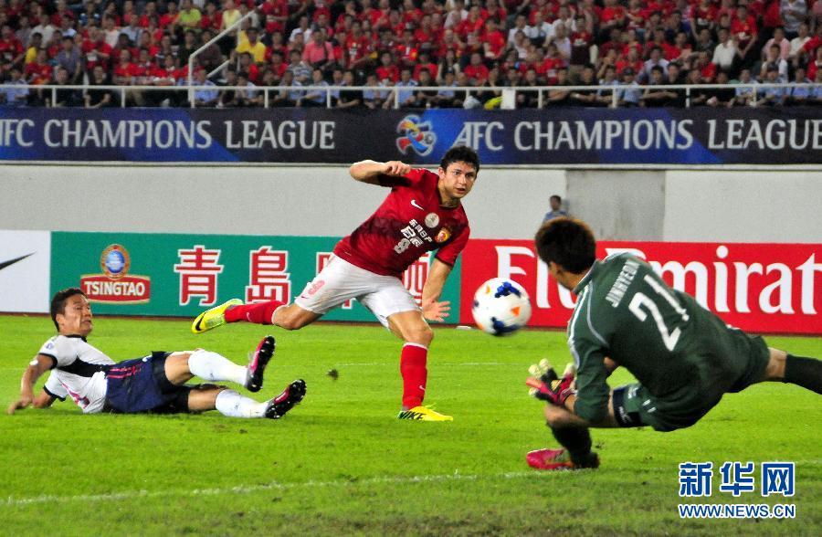 广州恒大球员埃尔克森(中)的射门被大阪樱花