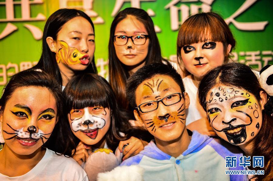 动物 天津/5月21日,天津工艺美术职业学院的学生展示各式各样的动物脸谱...