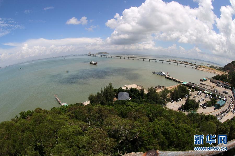 这是7月26日拍摄的广东汕头南澳大桥。  7月25日,广东汕头南澳大桥正式全线合龙。南澳大桥是一座跨海大桥,于2009年开建,全长11.08公里,预计今年10月建成通车。通车后,将从根本上解决广东省唯一的海岛县南澳与内地交通的瓶颈问题。新华社发(姚军 摄)  这是7月26日拍摄的广东汕头南澳大桥。  7月25日,广东汕头南澳大桥正式全线合龙。南澳大桥是一座跨海大桥,于2009年开建,全长11.