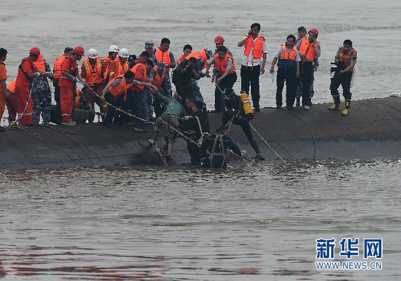 """""""东方之星""""客船翻沉事件已有12人获救生还"""