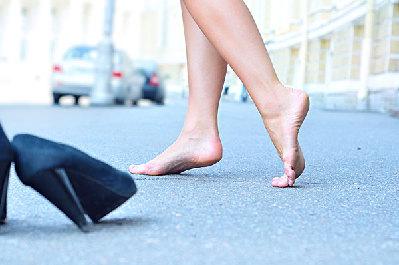 刚开始学走路的小孩子可能会暂时出现芭蕾舞步态,不需要过于担心,如果