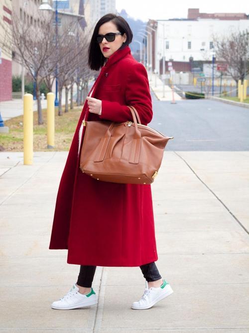 偏强势的红色外套和偏柔弱的米色连衣裙搭配起来
