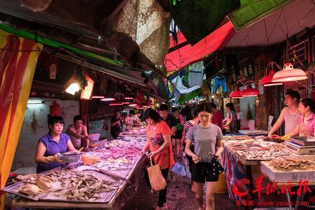 市场上的新鲜蔬菜海鲜售价相对低廉,并且品种丰富,还有各种潮汕小吃.