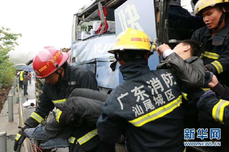 消防官兵在现场救援。王晓怀摄  23日上午11时许,沈海高速公路(深汕段)东行2722KM+570M处发生一起较大交通事故。一辆粤D09495大客车因司机操作不当,先碰撞左侧中央护栏后,再碰撞右侧因故障停在路边的另一辆粤VY1726号大客车,导致粤D09495大客车上3名乘客当场死亡,12名乘客受伤,其中5名重伤,2名轻伤,5名轻微伤。  接报后,汕尾市公安局迅速启动应急预案,立即指令交警、消防部门派员赶赴现场开展抢救伤员、事故勘查、疏导交通等工作,同时协调急救、拯救等单位到场协同处置,并立即