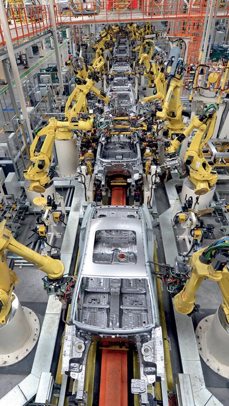 吉利春晓基地内的机器人在生产线上忙碌 王定昶摄/本刊-破解人工成本高清图片
