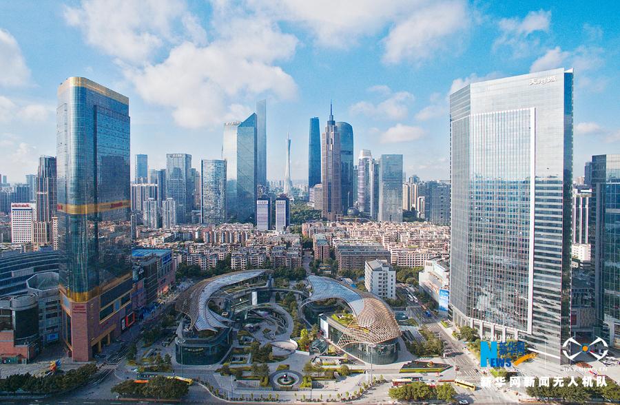 外观为双鲤鱼型建筑的广州天环广场,坐落于广州新中央商务区核心区域,是广州新中轴线上一个新地标。建筑顶部由银色的网状钢结构材料罩住,酷似鱼鳞,鱼型建筑的外立面一律采用可透视的玻璃幕墙,是一个巨大的开放式购物公园。天环广场高24米,是一个低层建筑,建有两层地面和三层地下层,拥有大面积的户外绿化广场和下沉式主题广场。由于该建筑高度较周边建筑为低,设计上采用抢眼和强烈的视觉效果,为广州新中轴增加韵律感。  处于广州新中轴线的天环广场,从空中俯瞰,双鲤鱼形态呼之欲出。新华网发 伍定文摄  双鱼在中