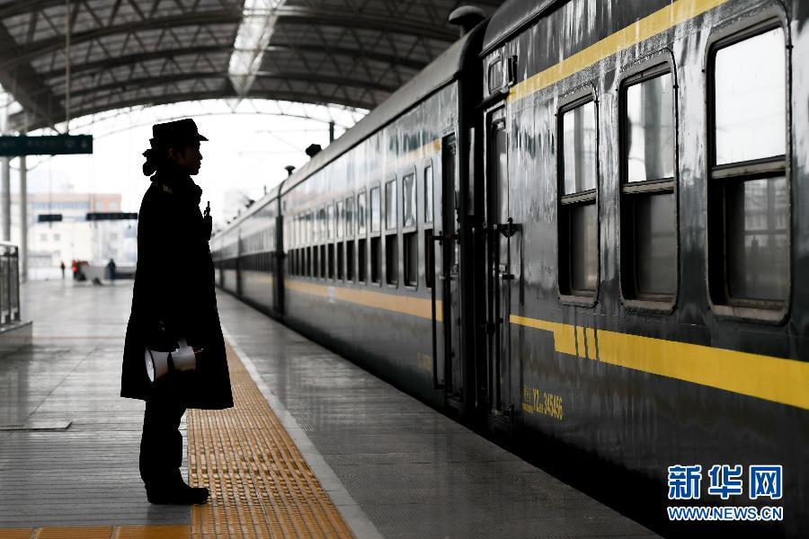 2017年春运落幕,火车站工作人员在站台等待列车出发。新华社记者李博摄   新华社北京2月21日电题:大趋势勾勒未来春运2017年春运盘点   新华社记者   21日,在2017年全国最大范围的雨雪天气中迎来春运最后一天。40天时间里,春运见证了约30亿人次行走的身影。   自上世纪80年代中期以来,春运就是反映中国经济发展、社会变迁的一面镜子。今年春运又折射出了什么新变化?未来的春运,路会越走越顺吗?   大数据:南来北往,有你的身影吗?   30亿人次春运期间旅客总发送量,相当于欧洲、美洲