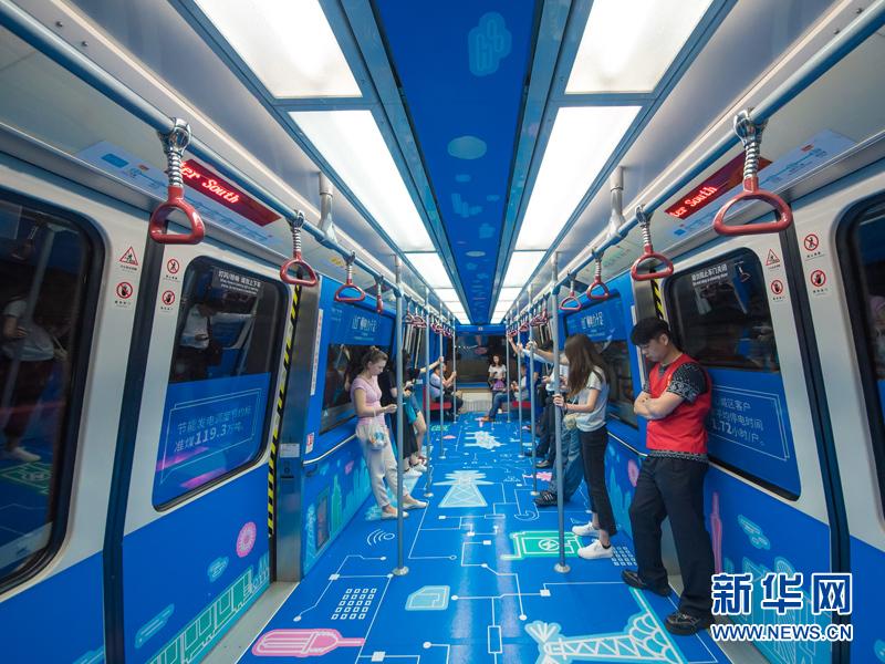 一辆崭新的APM列车缓缓驶来,踏入车厢,动感的图画描绘着电力对城市的支持5月23日,广州供电局在广州塔地铁站举办2017年社会责任日活动,发布年度社会责任报告,地铁站变成了电力十足的创意主题空间。 据悉,这是广州供电局首次通过主题列车的形式发布年度社会责任报告。市民只要乘坐列车,就可以与电网亲密接触。  主题列车。新华网发(黄健坤摄)  电力创意主题的地铁站。新华网发(黄健坤摄)  站内由8个大灯箱连续构成了羊城电力画卷超长光影画廊,以极富岭南文化特色的剪