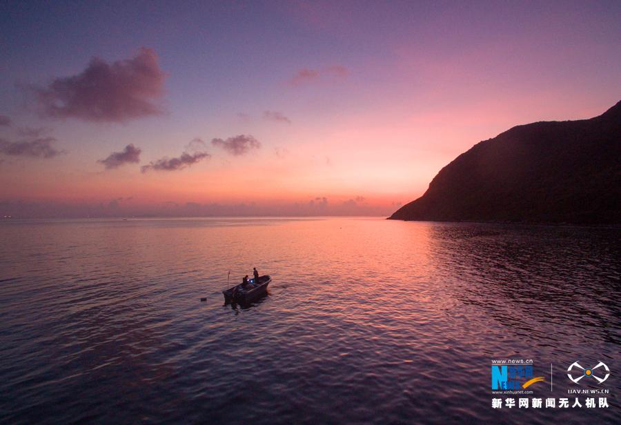 三门岛(又称沱泞岛),属广东省惠州市大亚湾区,位于大鹏湾与大亚湾的汇合处,是中国目前保存较完好的自然生态海岛之一。俯瞰三门岛犹如巨幅画卷,彰显出大自然的宏伟与壮丽。  高山、大海、森林,感受原生态之美。新华网发 (缪华 摄)   航拍三门岛周边的小岛屿,犹如翡翠镶嵌在蔚蓝色的海面上。新华网发 (缪华 摄)  三门岛上绿树成荫,是大亚湾海岛中动植物资源较为丰富的海岛。新华网发 (缪华 摄)  无人机镜头下的三门岛海边,长长的白沙滩,清澈透绿的海水。新华网发 (缪华 摄)