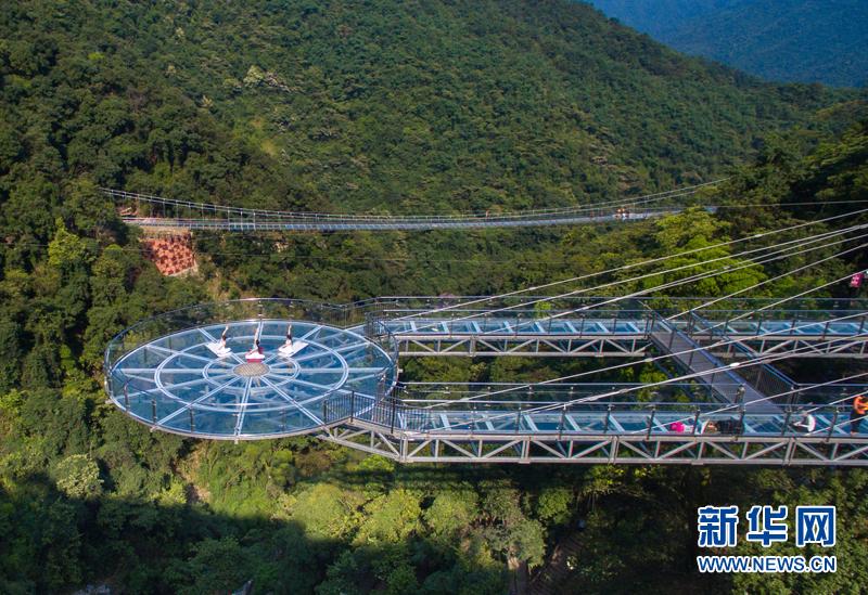 6月28日,广东清远古龙峡景区的悬空玻璃平台,玻璃吊桥,玻璃观光
