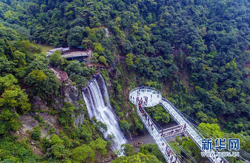 6月28日,广东清远古龙峡景区的悬空玻璃平台,玻璃吊桥,玻璃观光组合