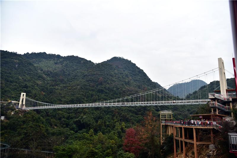 广东首座湖景喀斯特地貌玻璃桥开业