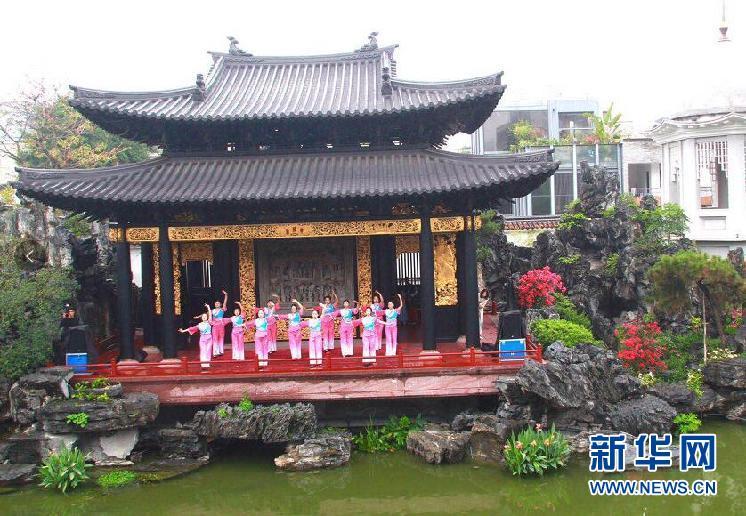 广雅幼儿园的师生们在表演粤韵操.新华网发 蓝远峰摄