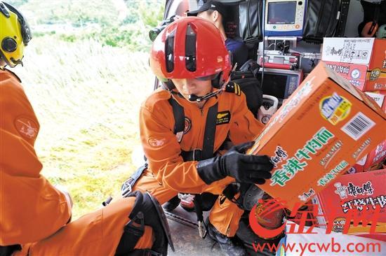 连日暴雨广东多地受灾 直升机空投物资参与救援