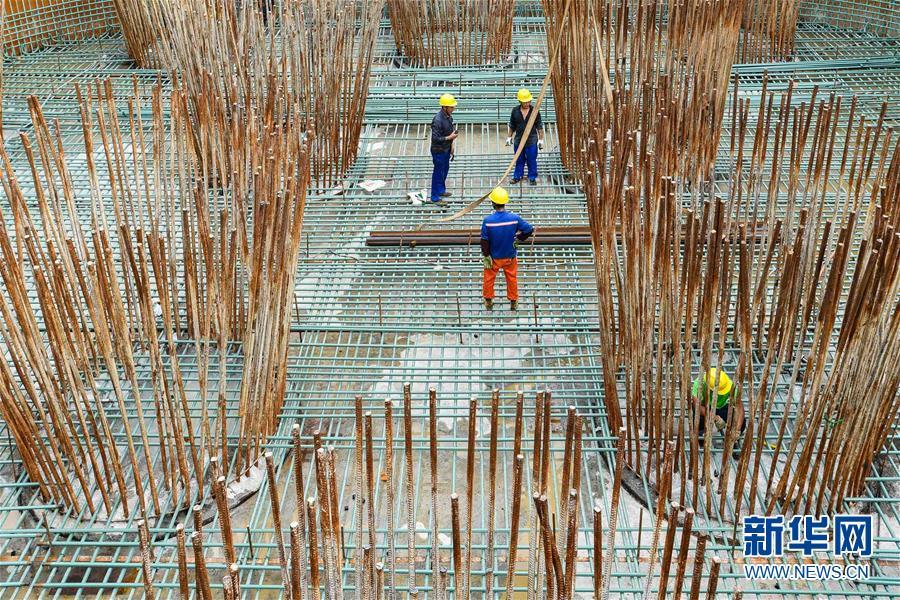 (经济)(1)广东:湛江调顺跨海大桥步入主塔施工