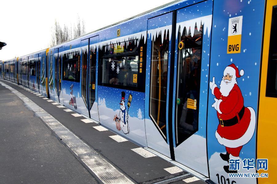 12月2日,在德国首都柏林,一列装饰华丽的迎圣诞地铁列车停靠在站台内.图片