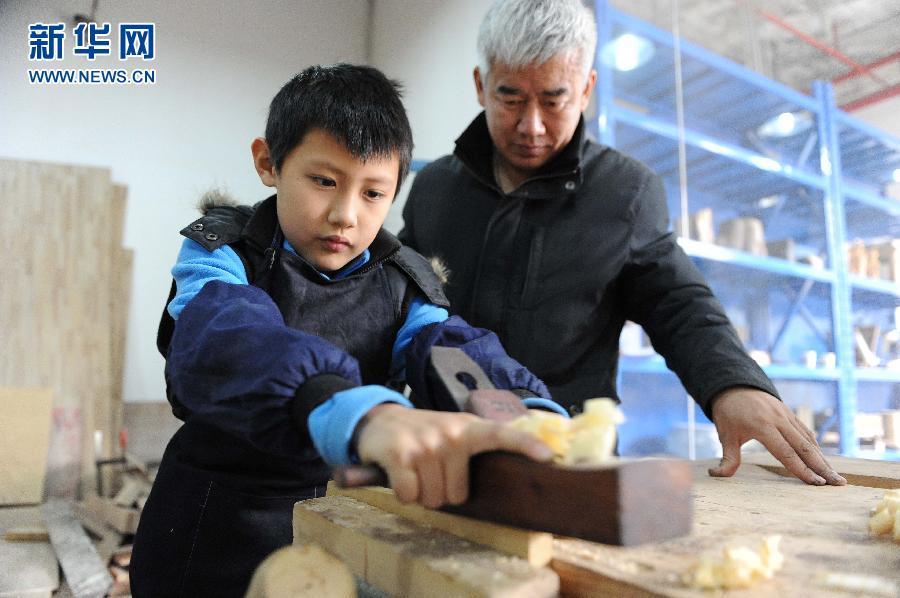 上海小朋友做木工度寒假 图片频道