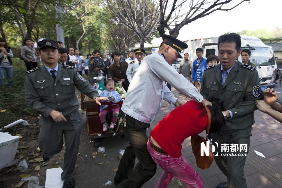 广州城管与小贩起冲突_图片频道_新华网