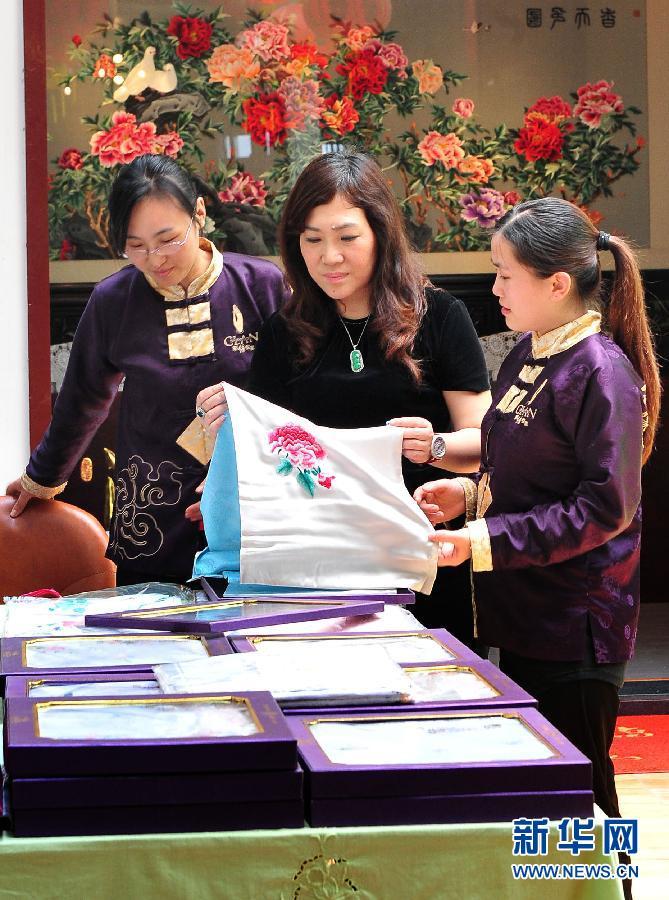 祝书琴/祝书琴(中)在自己的潮绣展室指导年轻绣娘(5月10日摄)。