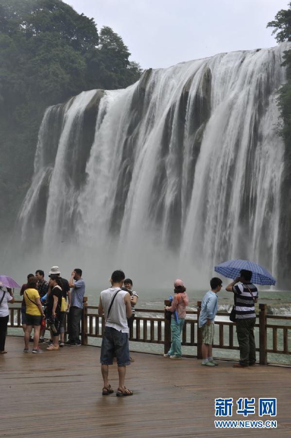 6月19日,游客在黄果树瀑布前游玩.端午过后,贵州黄果树瀑高清图片