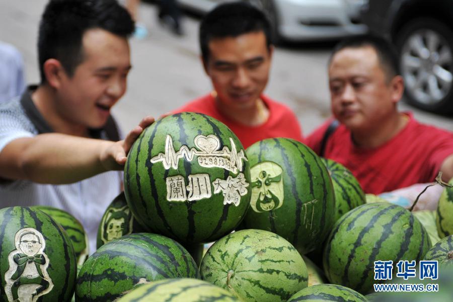 艺术 沈栋彬/7月4日,几名市民在沈栋彬的西瓜摊前挑选西瓜。