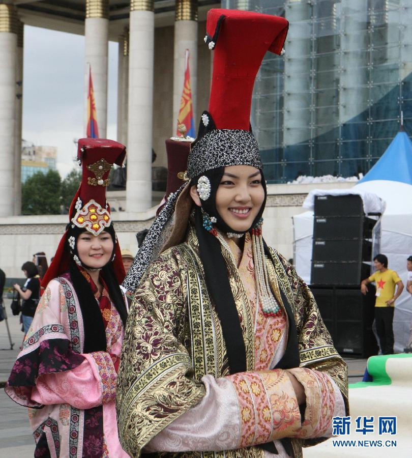 蒙古国/7月20日,在蒙古国乌兰巴托市举行的民族服饰节上,模特展示...
