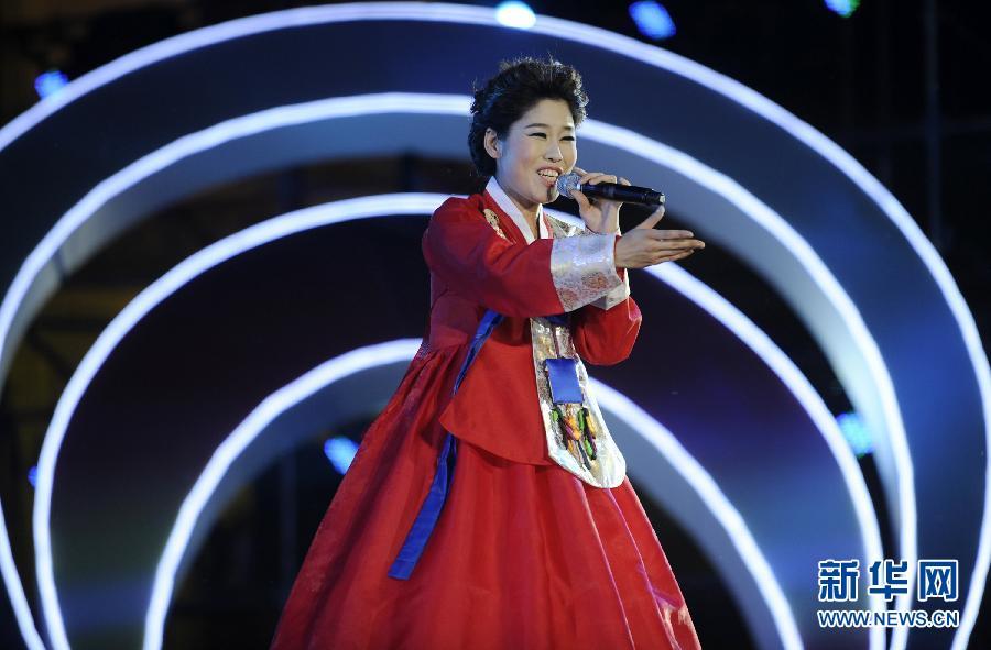 回乡文化园内,朝鲜族歌手金善姬演唱《欢迎你到延边来》.当日,第