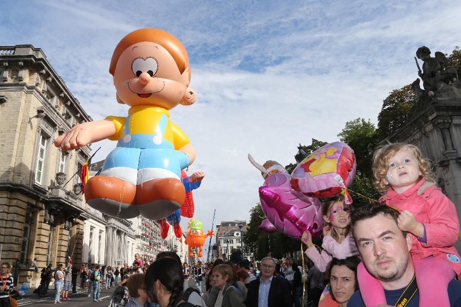 卡通 布鲁塞尔/9月7日,在比利时首都布鲁塞尔,孩子们观看卡通气球游行。