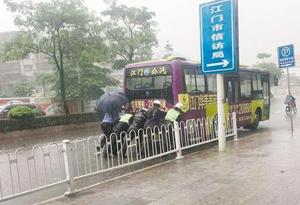交通高峰期公交車拋錨 4名輔警大雨中推車150多米