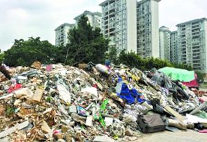 白雲區一小區旁建築垃圾堆成山