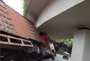 驚險!一貨櫃車強行過龍潭立交被卡橋底
