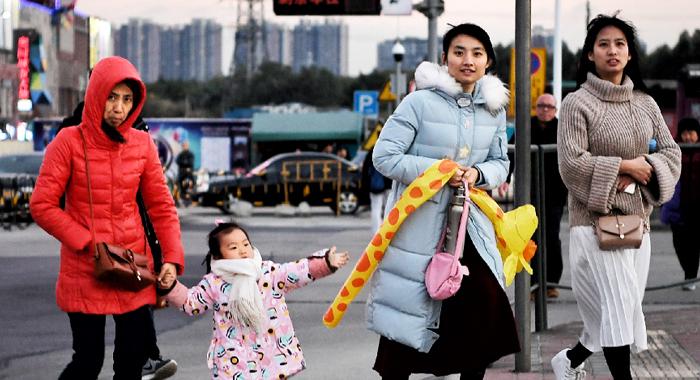 廣州氣溫驟降 街上行人全副武裝