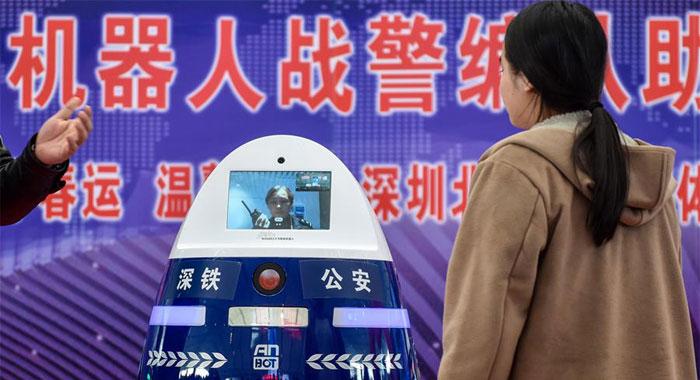 機器人警察編隊亮相深圳北站