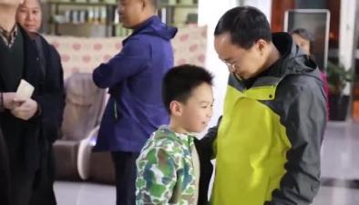 """""""李知樂同志,你已經是男子漢了,要照顧好媽媽"""""""