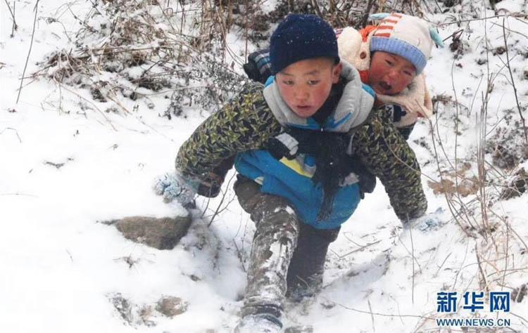9歲男孩背弟弟雪中走了近一小時山路,只為了……