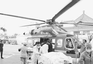 游客茂名山上翻车直升机急速救援