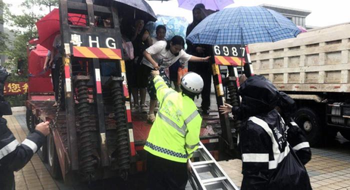 高考直擊:積水嚴重 肇慶出動拖車護送考生趕考