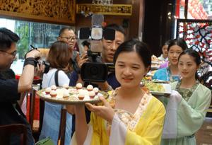 """第八屆""""荔枝灣·新西關""""民俗文化節——""""六月六·紅雲宴""""在廣州舉行"""
