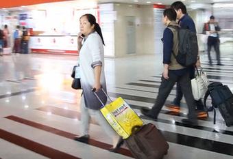 这里既非机场又非火车站,为啥那么多老外拿着行李箱?