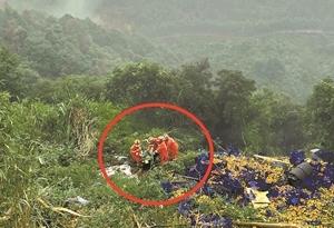 貨車墜山柑橘滿地 消防員20分鐘救人