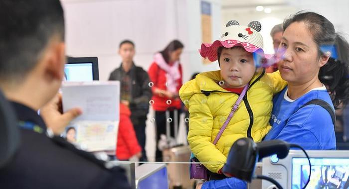 廣州白雲機場口岸邊檢力保客流高峰期通關順暢