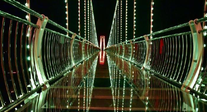 廣東清遠現夜光玻璃橋 流光溢彩燦若星河