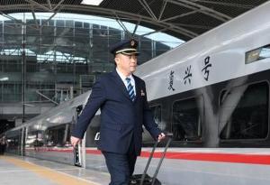 """穿越獅子洋:廣深港高鐵司機的香港""""觀天記"""""""