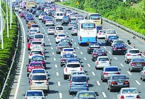 粵春運首個返程高峰到來 多個高速路段行車緩慢