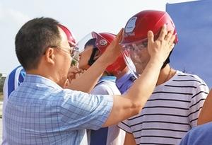 汕尾紅海灣:2000頂安全頭盔發放給居民