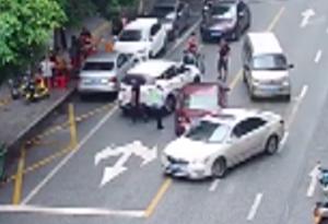 """開""""鬥氣車""""還堵塞路口!佛山兩司機都被罰"""